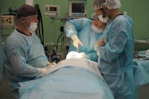Пластический хирург Эдуард Шихирман в операционной